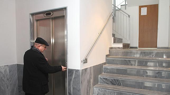 Las personas mayores necesitan ascensor para acceder a su vivienda