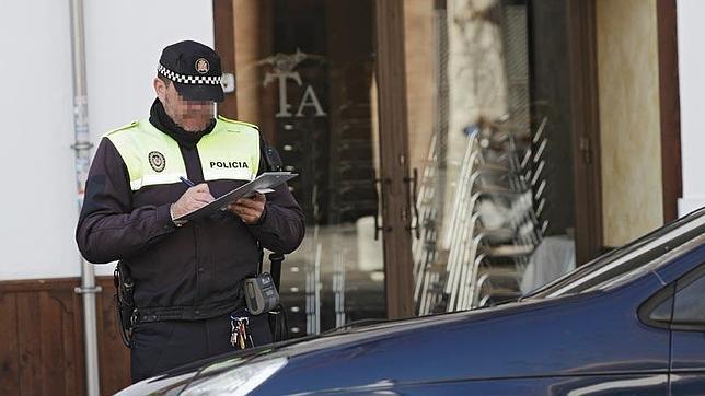 Un policía local poniendo una multa