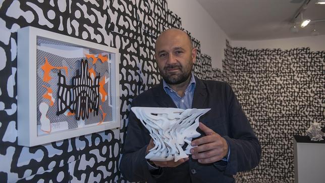 Jürgen Mayer junto a su obra y posando con una maqueta del Metrosol-Parasol
