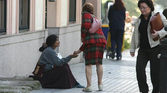 Una rumana pidiendo en la calle con su bebé en brazos