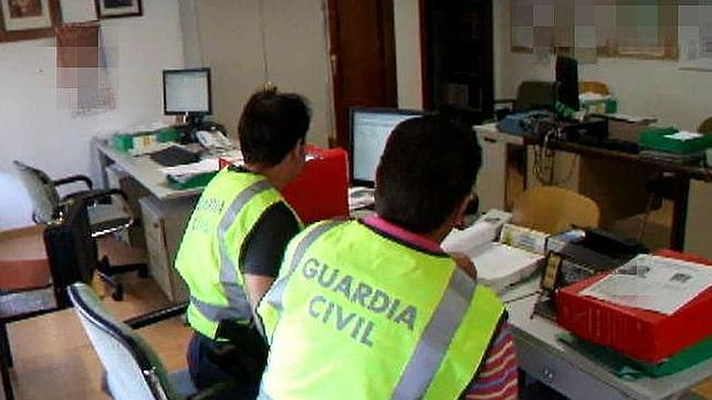 Agentes de la unidad contra delitos informáticos de la Guardia Civil