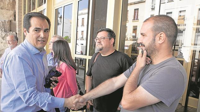 José Antonio Nieto, en una reunión con miembros de Acampada Dignidad en el Ayuntamiento