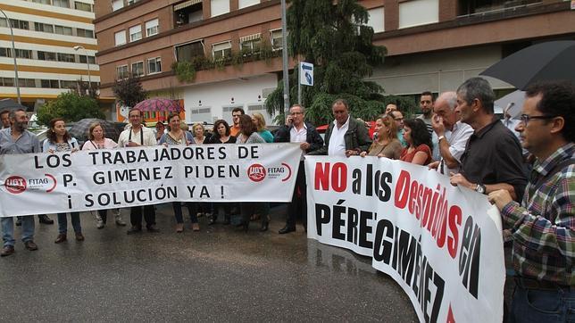 Protesta de trabajadores de Pérez Giménez ante la puerta del Juzgado de lo mercantil