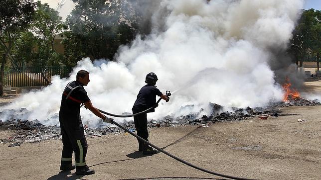 Un incendio en el Charco de la Pava provoca una gran columna de humo