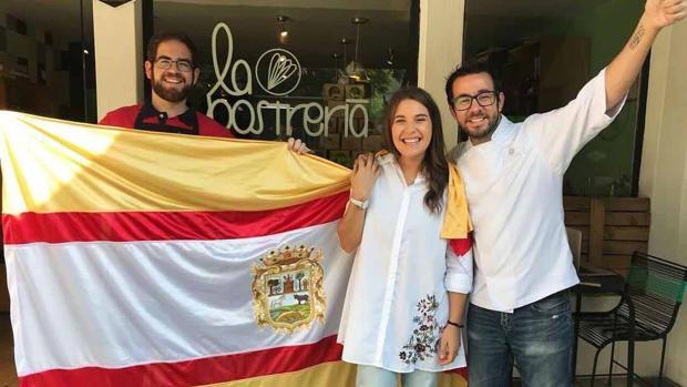 Los tres utreranos posan portando la bandera de Utrera