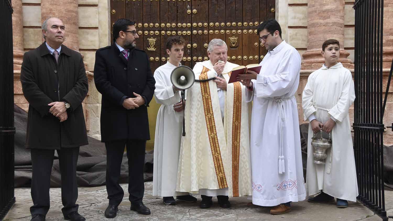 El acto de inauguración de la restauración de la puerta del Sol utrerana