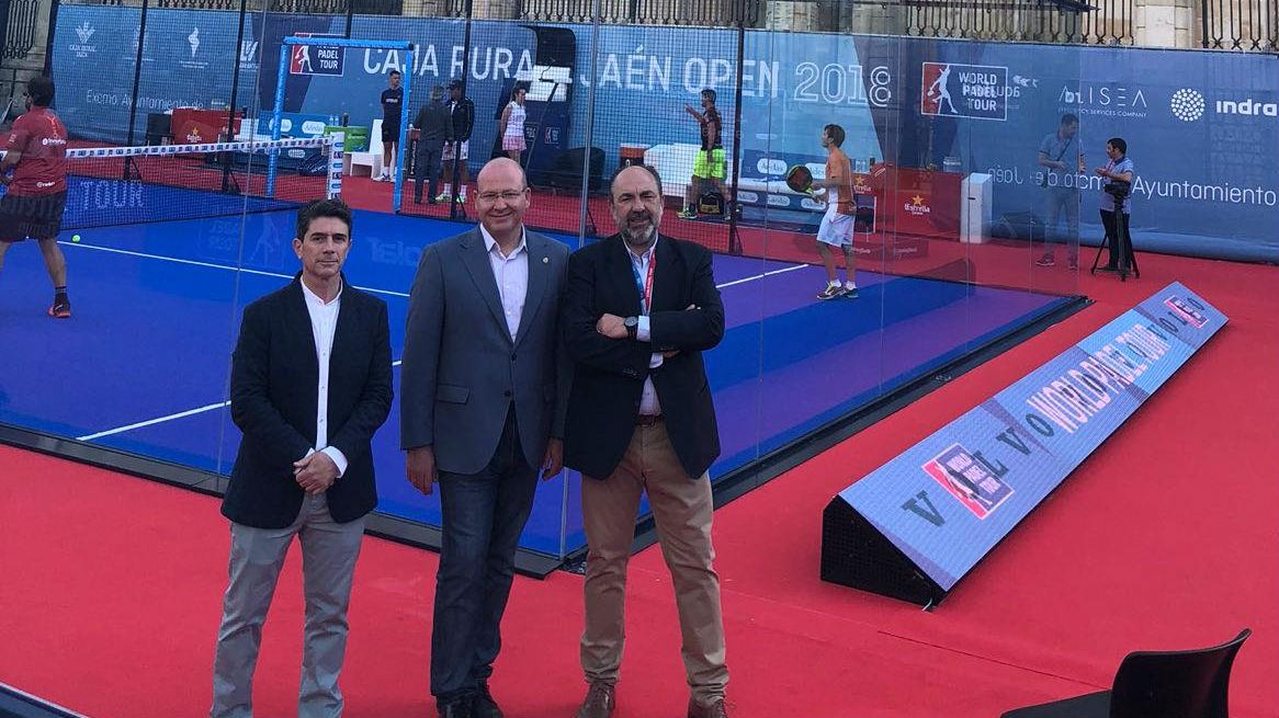 El alcalde de Jaén, en el centro, ante la pista central del torneo, situada junto a la Catedral