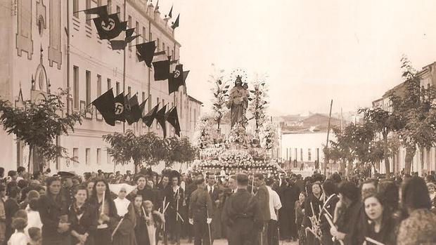 Procesión de María Auxiliadora en 1939 con banderas nazis en los balcones de una calle malagueña