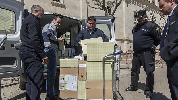 Funcionarios de la Junta descargan la documentación relativa a los cursos en el Parlamento