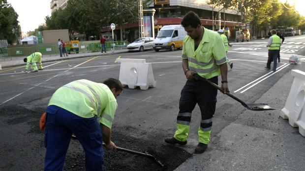 Obras de asfaltado en una calle de Córdoba