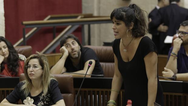 Teresa Rodríguez junto a Carmen Lizárraga, portavoz económica, y el resto de su grupo parlamentario