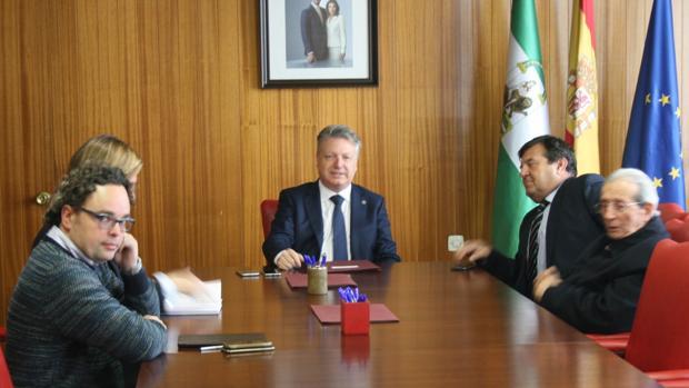 El subdelegado del Gobierno ha presidido la reunión del Patronato de Huertos Familiares, en proceso de extinción