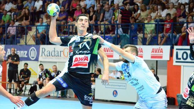 El jugador Rudovic intenta quitarse la presión de un rival