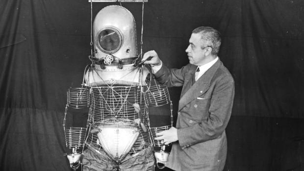 Herrera desarrolló una «escafandra estratonáutica» que posteriormente la NASA adaptó