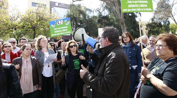 Protesta de Stop Impuesto Sucesiones a las puertas del Parlamento andaluz en abril