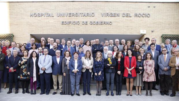 Susana Díaz en el centro de la foto de familia con los gerentes de los hospitales y los distritos sanitarios del sistema público andaluz