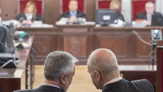 Griñán y Chaves, el pasado miércoles frente al tribunal que va a juzgarles en la Audiencia Provincial de Sevilla