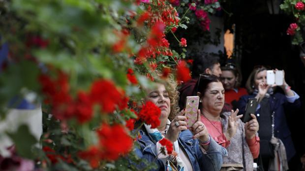 Visitantes en el patio de la calle Postrera, 28
