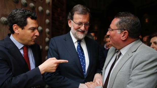 Juanma Moreno y Mariano Rajoy con Juan Carlos Valverde, presidente de Stop Impuesto Sucesiones