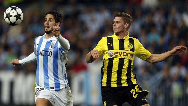 Isco Alarcón y Lukasz Pisczek compiten en el Málaga-Borussia Dortmund de Champions League