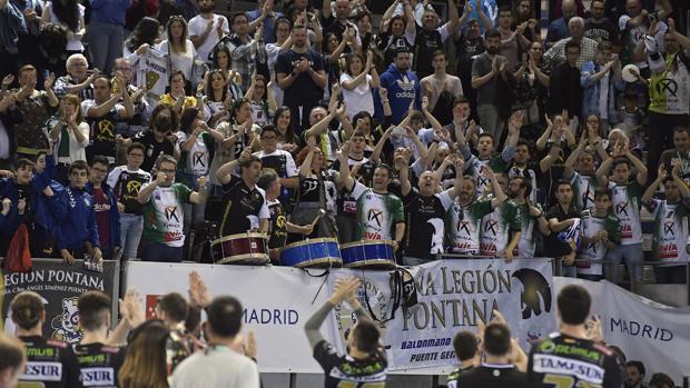 La afición del Ángel Ximénez aplaude a la plantilla del equipo de Puente Genil en la Copa del Rey