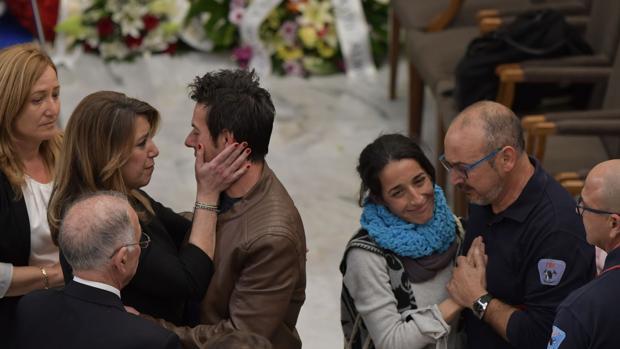Los padres de Gabriel Cruz durante el entierro del pequeño
