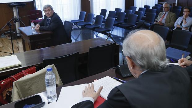 Manuel Gómez, junto a Carmen Martínez Aguayo, al fondo, este miércoles en el juicio