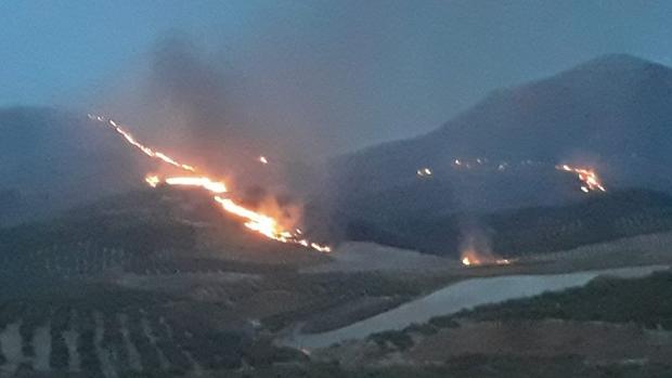 Las llamas se abren paso en el paraje afectado por el incendio en la localidad jiennense de Jódar