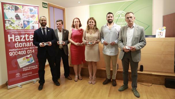 La consejera de Salud, Marina Álvarez, junto al equipo de médicos y el paciente trasplantado