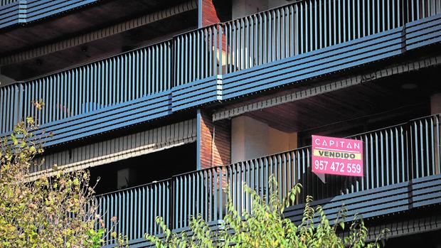 Cartel anunciando la venta de una vivienda en Córdoba