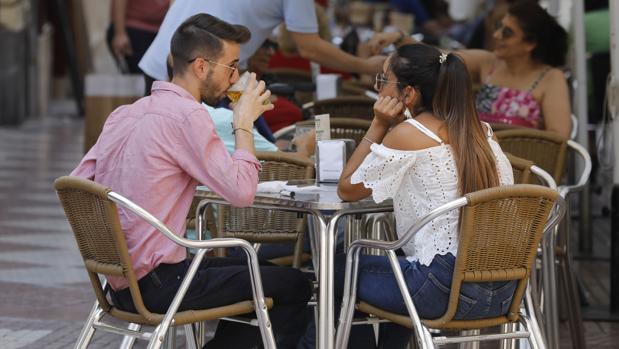 Una pareja de cordobeses toman una caña en una terraza de la ciudad