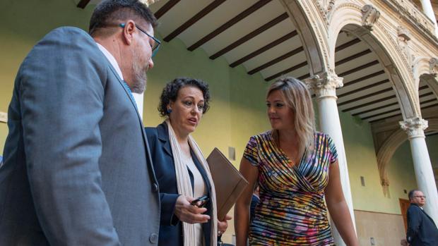 La ministra de trabajo, Magdalena Valerio, junto a la alcaldesa de Baeza