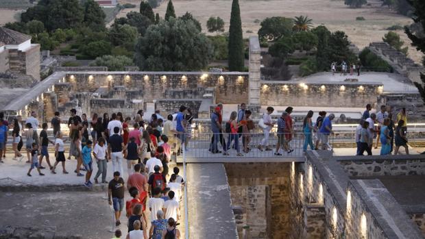 Turistas en una de las visitas nocturnas a Medina Azahara de este año