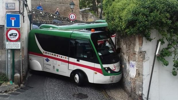 El tren turístico de Granada, después de derrapar por la lluvia en las calles del Albaicín.
