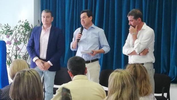Juanma Moreno, en el centro, junto a Antonio Sanz y a Juan Pablo Arriaga, en un acto en La Línea