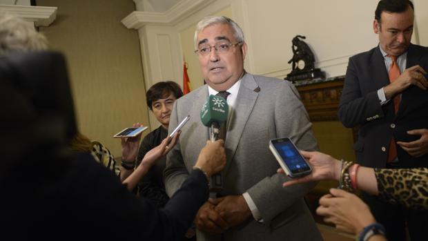 El consejero Ramírez de Arellano atendiendo a los medios, en la noche de este miércoles, en el Ministerio de Hacienda