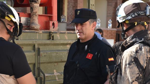 El comandante Martín Molina recibe las novedades de sus hombres durante los trabajos de recuperación