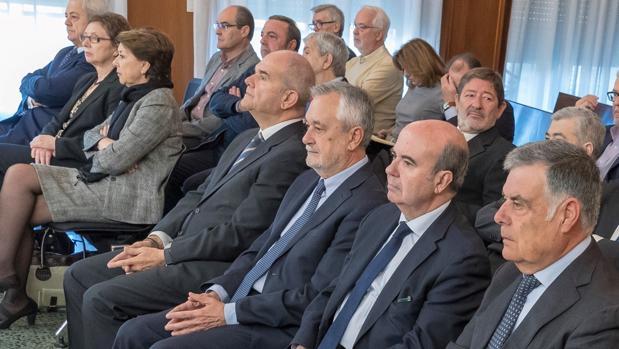 Los ex presidentes Manuel Chaves y José Antonio Griñán, entre otros acusados en el juicio del caso ERE