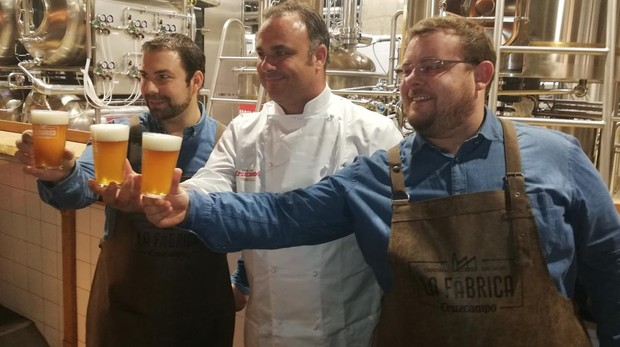 El chef Ángel León junto a los maestros cerveros con los que ha creado la Pale Ale Marina