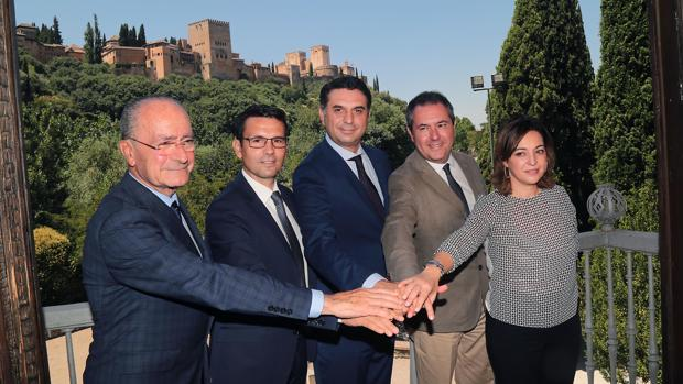 Isabel Ambrosio junto a los alcaldes de M´aga, Granada y Sevilla frente a la Alhambra en 2016