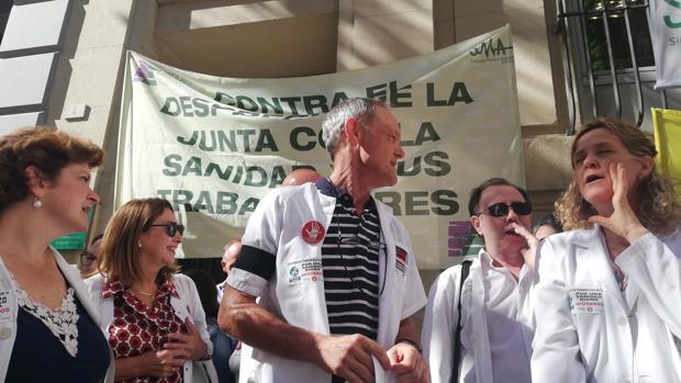 Médicos de Málaga en una protesta frente a la Delegación de Salud