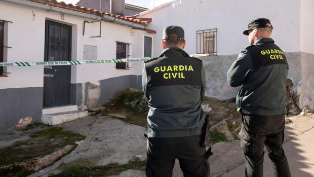 Efectivos de la Guardia Civil custodian la vivienda de la joven zamorana Laura Lelmo