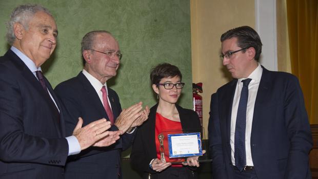 La periodista Laura Marta, con el alcalde de Málaga y el director de la Fundación Unicaja