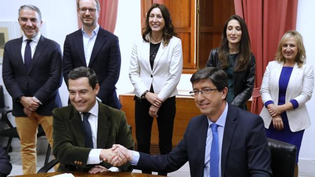 Juanma Moreno y Juan Marín en la firma del pacto de Gobierno