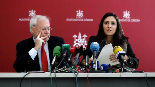 Los ediles socialistas Emilio Aumente y Carmen González en una rueda de prensa