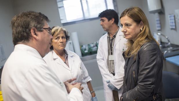 La consejera de Salud en funciones, Marina Álvarez, en la visita a un centro de salud de Sevilla
