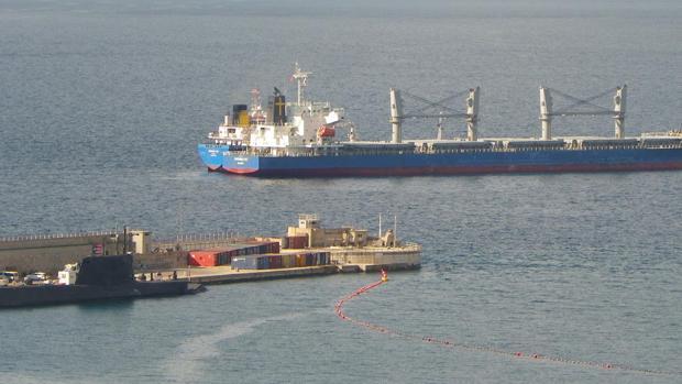 A la izquierda, el propulsor nuclear atracado en la base naval de Gibraltar