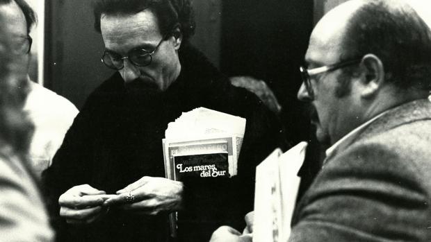 Javier Egea, en una de las imágenes que componen el legado, liándose un cigarro junto a Vázquez Montalbán.