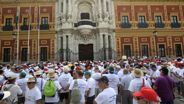 Protestas de extrabajadores de Santana Motor ante el Palacio de San Telmo