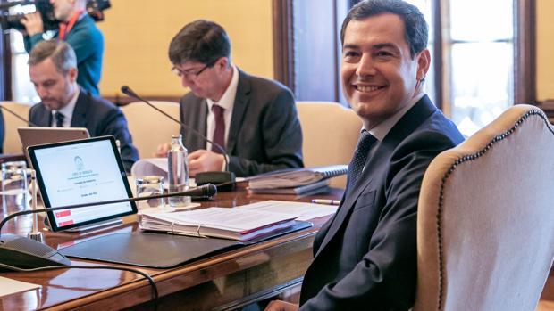Juanma Moreno presidiendo el Consejo de Gobierno este martes en Sevilla
